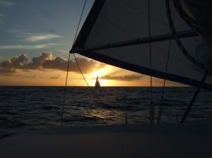 Vi sejler ind i aftenslys på vej mod Bequia, billedet er taget fra den danske båd Vela