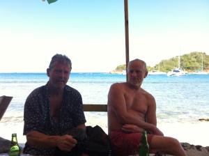 Jørgen og Lars Ole slapper af med en øl