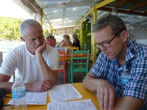 Lars Ole og Jørgen studerer menuen