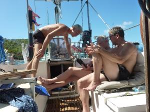 Mændene diskuterer navigation