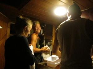 Cecilie, Emil og Kasper i gang med opvasken
