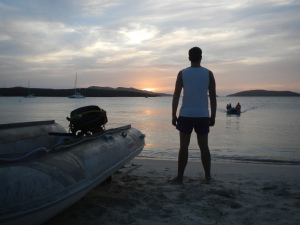 Hjort ser Vela komme sejlende ind til stranden i solnedgang, Culebrita. skildpadderne yngler på stranden og vi må sejle ud til båden igen for at tilberede aftensmaden, papegøjefisk skudt med harpun yidligere på dagen, i stedet for at grille dem, på stranden.  Hjort ser vela komme sejlende ind til stranden i solnedgang på Culebrita. På stranden yngler skildpadderne, og vi må ud og tilberedde papegøjefiskene, skudt med harpun tidligere, på båden i stedet.