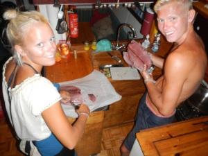 tilbereder yellow fin tuna, som Emil fangede og endda knækkede sin fiskestang på, vi har vores norske venner Bjørnar og Hilde på besøg.