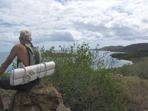 Prickley Pear Island, en meget tør og stort set ufremkommelig ø. Emil finder mange ting som er skyllet i land og spænder bag på rygsækken
