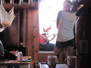 Båden er i vandet og Phil spiller på besøg og spiller på den guitar som han forærer os.