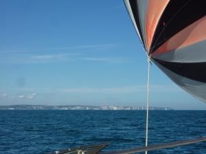 Der sejles for genakker, bemærk klinterne i baggrunden.