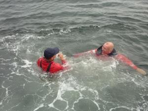 og Emil må en tur i vandet med Jakob.